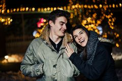 Ritratto di notte di una coppia felice che sorride godendo dei aoutdoors della neve e di inverno Gioia di inverno Emozioni positi immagine stock