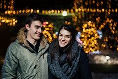 Ritratto di notte di una coppia felice che sorride godendo dei aoutdoors della neve e di inverno Gioia di inverno Emozioni positi fotografie stock