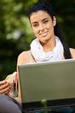 Ritratto di ora di pranzo della giovane donna con il computer portatile Fotografia Stock Libera da Diritti