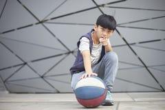 Ritratto di pallacanestro asiatica fresca della tenuta del bambino all'aperto Immagini Stock