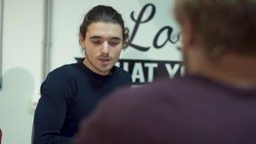 Ritratto di parlare dello sviluppo dell'imprenditore della società sul negoziato nella sala riunioni stock footage