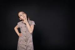 Ritratto di pensiero del bambino a fondo nero con lo spazio della copia Fotografia Stock
