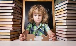 Ritratto di pensiero sveglio della scolara Fotografie Stock