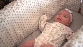 Ritratto di piccola fine della figlia sulla menzogne in una culla archivi video