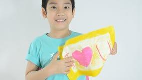 Ritratto di piccola immagine felice asiatica del cuore della pittura del ragazzo video d archivio