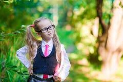 Ritratto di piccola ragazza adorabile della scuola con le note Fotografie Stock Libere da Diritti