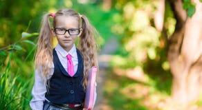 Ritratto di piccola ragazza adorabile della scuola con le note Immagine Stock Libera da Diritti