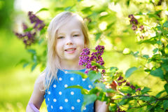 Ritratto di piccola ragazza allegra sveglia all'aperto il giorno di estate soleggiato immagine stock libera da diritti