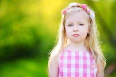 Ritratto di piccola ragazza allegra sveglia all'aperto il giorno di estate soleggiato immagini stock