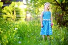 Ritratto di piccola ragazza allegra sveglia all'aperto il giorno di estate soleggiato fotografia stock