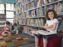 Ritratto di piccola ragazza con il libro Immagini Stock