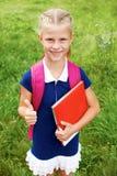 Ritratto di piccola scolara in un vestito blu dalla scuola, con la BO Immagini Stock Libere da Diritti