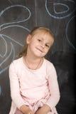 Ritratto di piccola scrittura sveglia della ragazza sulla lavagna Fotografia Stock Libera da Diritti
