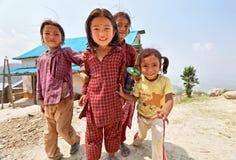 Ritratto di piccole ragazze nepalesi allegre non identificate Immagine Stock