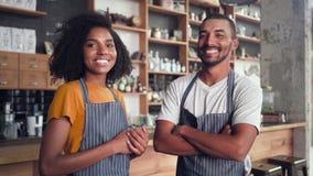 Ritratto di piccoli soci commerciali felici in caff? archivi video