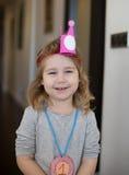 Ritratto di piccolo bambino con la corona e la medaglia di carta Fotografie Stock