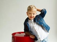 Ritratto di piccolo bel ragazzo divertente sopra fondo bianco Immagine Stock Libera da Diritti