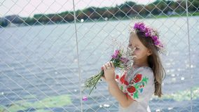 Ritratto di piccolo bello modello felice con i fiori in mani che ammirano lentamente video d archivio