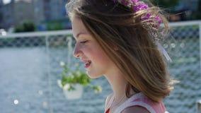 Ritratto di piccolo bello modello felice con i fiori in mani che ammirano lentamente archivi video