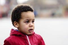 Ritratto di piccolo gridare del ragazzo di ribaltamento fotografia stock
