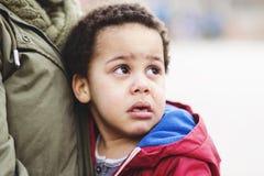 Ritratto di piccolo gridare del ragazzo di ribaltamento fotografia stock libera da diritti