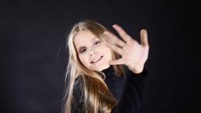 Ritratto di piccolo modello della ragazza teenaged dalla pelle bianca sveglia isolato sulla posa nera 4K archivi video