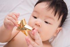 Ritratto di piccolo ragazzo asiatico sveglio 6 mesi Immagine Stock