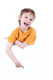 Ritratto di piccolo ragazzo felice che tiene un verro in bianco Immagini Stock Libere da Diritti