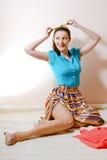 Ritratto di posa giovane signora castana sexy in una gonna a strisce e della camicia blu che tengono nastro verde Fotografie Stock Libere da Diritti