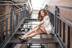Ritratto di posa graziosa delle donne del modello di moda Immagini Stock