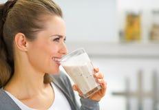 Ritratto di profilo della donna che beve frullato fresco Immagini Stock