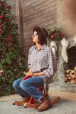 Ritratto di profilo della donna sul cavallo a dondolo di legno immagini stock