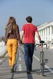 Ritratto di retrovisione di giovane coppia che cammina all'aperto Immagini Stock Libere da Diritti