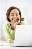 Ritratto di risata della ragazza etnica con il computer portatile Fotografie Stock
