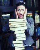 Ritratto di riserva della foto del libro di lettura della giovane donna di bellezza in biblioteca Fotografie Stock Libere da Diritti