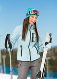 Ritratto di ritratto a mezzo busto dello sciatore femminile della montagna Immagine Stock