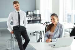 Ritratto di riuscita gente di affari nel loro luogo di lavoro Busin Fotografie Stock Libere da Diritti