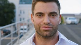 Ritratto di riuscito giovane uomo d'affari in città che gode dello stile di vita urbano professionale Sguardo maschio bello degli stock footage