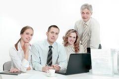 Ritratto di riuscito gruppo di affari nel posto di lavoro nell'ufficio immagini stock libere da diritti