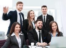 Ritratto di riuscito gruppo di affari vicino al desktop fotografia stock