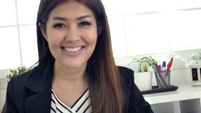 Ritratto di riuscito imprenditore asiatico della donna di affari che lavora a sorridere occupato dell'ufficio stock footage