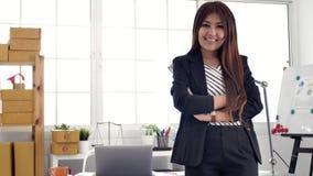 Ritratto di riuscito imprenditore asiatico della donna di affari che lavora a sorridere occupato dell'ufficio archivi video
