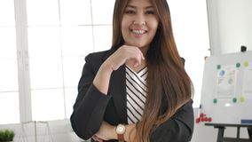 Ritratto di riuscito imprenditore asiatico della donna di affari che lavora a sorridere occupato dell'ufficio video d archivio