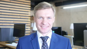 Ritratto di riuscito sorridere sorridente dell'imprenditore dell'uomo d'affari archivi video