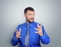 Ritratto di riuscito uomo d'affari in camicia e del legame su fondo Fotografia Stock