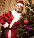 Ritratto di Santa Claus divertente a casa con Immagine Stock