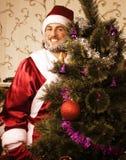 Ritratto di Santa Claus divertente a casa con Immagine Stock Libera da Diritti