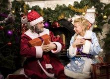 Ritratto di Santa Claus divertente a casa con Fotografie Stock