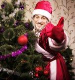 Ritratto di Santa Claus divertente a casa con l'albero dei christmass Fotografia Stock Libera da Diritti