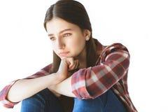 ritratto di seduta e di gridare teenager depressi della ragazza immagine stock